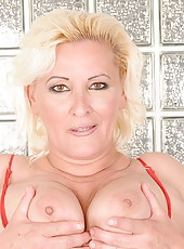 Horny fat mature Maria getting fisted very hard
