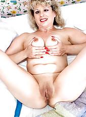 Older blonde flicks her slit