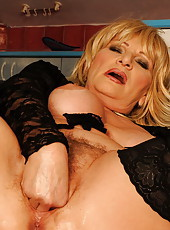 Sexy older woman fisted deep inside her pussy