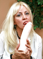 Ravenous Anilos blonde grandma satisfies her seasoned pussy by masturbating with an amazing fuck machine