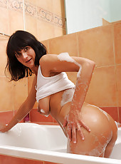 Anilos Chelsea fingers her wet lathered pussy in the bathtub