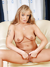 Irresistible and classy Anilos Eve Adams spreads her mouth watering mature pussy