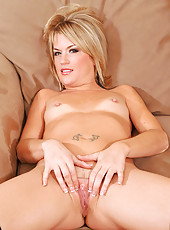 Cougar hottie Jessie Fontana finger fucks her sweet pussy from the back