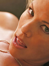 Captivating blonde anilos kayla synz rubs lotion into her massive breasts
