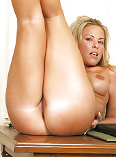 Busty bronze tanned anilos beauty stimulates her clitoris with a vibrator