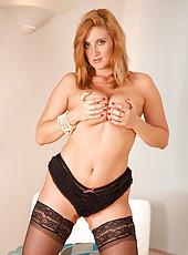 Hot Momma Leona Lee fucks herself on the floor until she gets herself satisfied