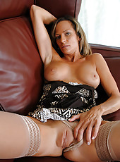 Busty Anilos Montana Skye dips her experienced fingers deep within her craving cougar pussy