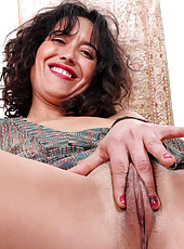 Horny Anilos Penelope fingers her hairy fuck hole