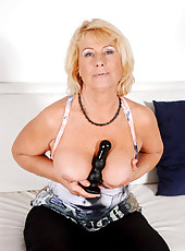 Anilos Regie loves to drill her mature pussy with sex toys