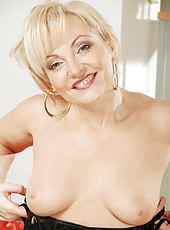 Naughty milf Renata stuffs the clear handle of her yellow umbrella in her dripping wet snatch