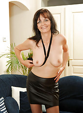 Mature cougar Renie removes her clothes and spreads her pussy wide open