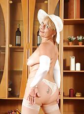 Hot Anilos Sara Lynn spreads her needy pussy exposing her sensitive clitoris