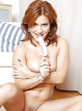 Valentine rush stuck in stiff dildo in her pussy to meet her sexual pleasure