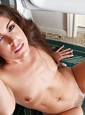 Anilos housewife Annabelle Genovisi spreads her hairy pussy in the laundry room