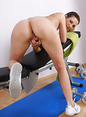 Blonde MILF Vanessa Y sprreads her pussy after a deep workout