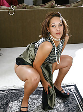 30 year old Vixen C plays uses pearls on her mature pussy