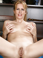Blonde fitness MILF Waina from AllOver30 in a nude workout