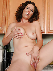 Brunette MILF Tammy Sue gets naked and sudsy while doing dishes