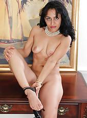 Exotic office MILF Liza Rene takes a break so spread her tight legs