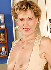 Older MILF flashes her mature pussy after finishing her coffee