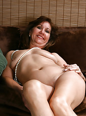 51 year old housewife Lynn shows off her body frames in pearls here
