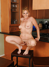 48 year old housewife Amanda Jean gives her pussy a finger workout