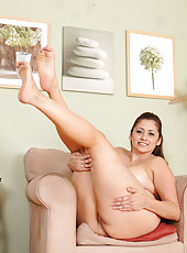 35 year old Jessica Zara showing of her sexy feet ass and pussy
