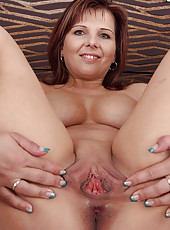 Redheaded MILF Marie Jeanne from AllOver30 shaking her round ass