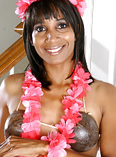 Island MILF Sara slips off her coconuts to show us her perky tits