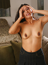 Spanish mature hottie shows us her spicy taco