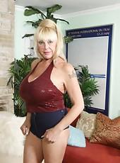 Shelly The Burbank Bobmber Granny Handjob
