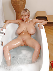 Sexy Venera rubbing pussy in bath