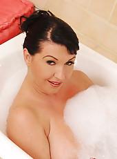 Sexy Kora shaving her juicy twat