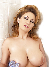 Constance Devil dildoing in shower
