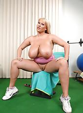 Big babe Laura M. having fun in the gym