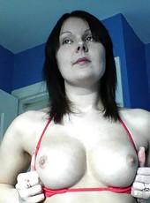 Amateur MILF posing in her lingerie