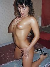 Amateur MILF shows her hot ass