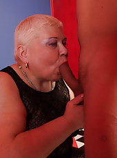 Chubby mature sex therapist offers her asshole to a patient