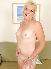 52 year old housewife Sindy Silver slips off her dress and spreads wide