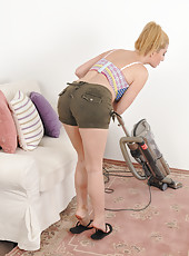40 year old Jennifer Best pauses her chores to spread her little pussy