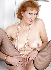 Voluptuous Naomi XXX posing with only stockings and heels