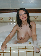 Cute amateur babe gets dirty in the hot tub solo style