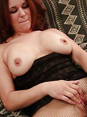 Amateur housewife plays with her rack and cooch
