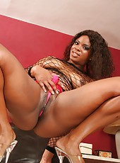 Bootielicious black babe ges a big load of cream internally
