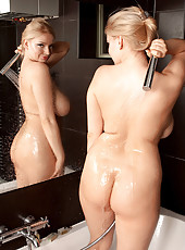 Sophie Puts The Show In Shower