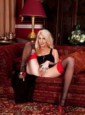 Sexy cougar Ashleigh Mckenzie spreads her moist hairy pussy