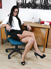 Anilos milf cums all over her dildo as it tickles her pussy and asshole