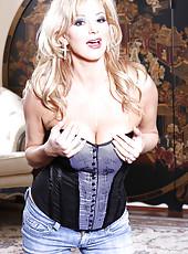 Rachel Aziani in corset