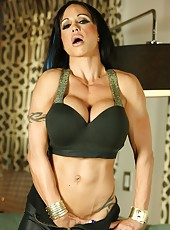 Jewels Jade wants you to come play with her sexy face and muscular hot body.