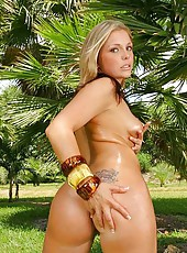 This super hot blonde babe is giving us a great show here in these hot jungle bangin pics